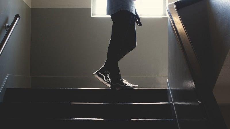 座りすぎ対策に階段を使って運動不足解消