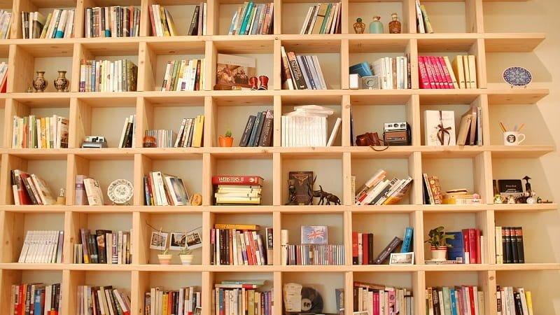 雑貨と一緒に本を並べる