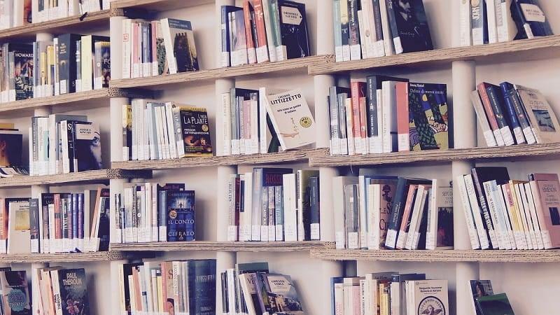 あえて余白を残して空間を作る本の並べ方