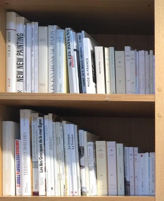 本を階段のように並べる