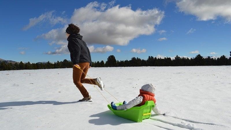 冬の遊びを楽しんで余暇を過ごす