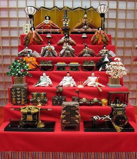七段飾り(十五人飾り)の雛人形の並べ方