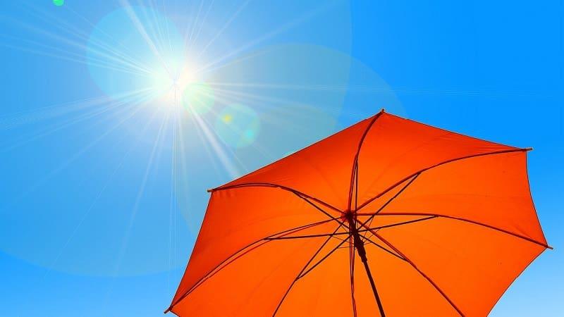 近年の暑さは異常!男性も日傘などの暑さ対策は必須の時代に突入